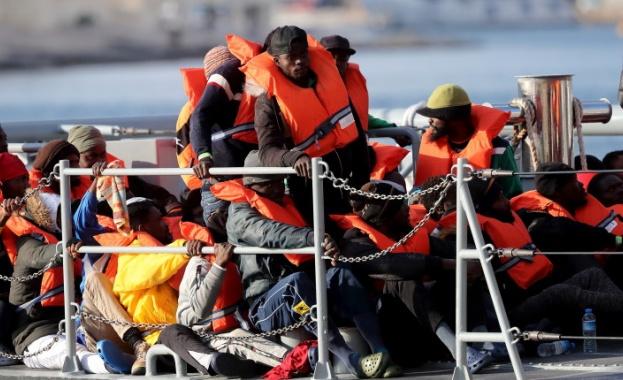 Патрулен катер на гръцката брегова охрана се вряза в лодка
