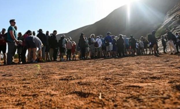 Снимка: Стотици хора се изкачиха за последен път по скалния монолит Улуру