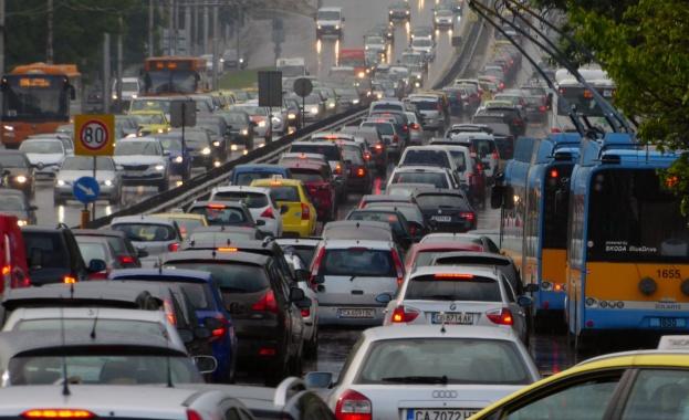 Пътна полиция призовава шофьорите да карат внимателно, тъй като предстои