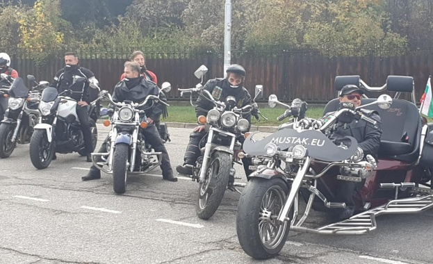 40 мотористи подредиха мощните си машини под формата на огромен