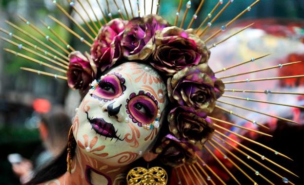 Черепи, маски, танцьори, пъстро и дегизирано множество запълниха величествения булевард
