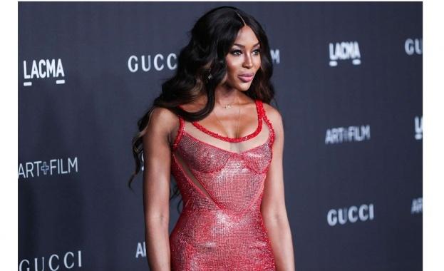 Феноменална и секси: Наоми Кембъл и хиляди червени кристали върху голото ù тяло (Снимки)