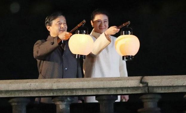 Хиляди японци, размахващи националния флаг, приветстваха днес новия си император