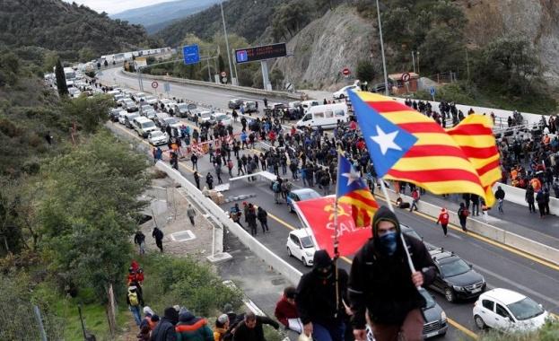 Каталунски сепаратисти блокираха движението по магистрала, свързваща Испания и Франция,