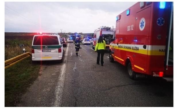 Най-малко 13 души загинаха в голяма автобусна катастрофа в Словакия.