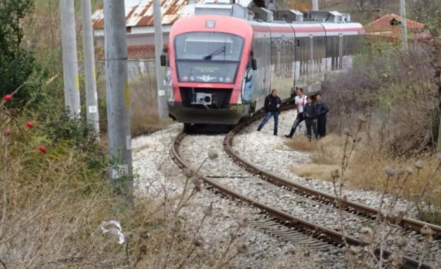 Пътнически влак блъсна мъж на жп линия под ПП Е–79