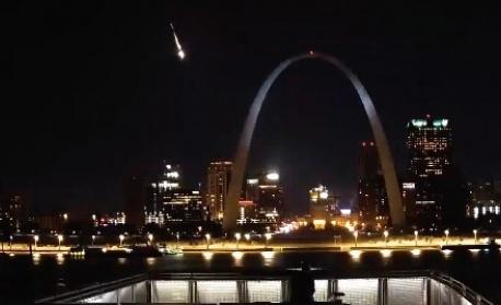 Метеор, по-ярък от Венера, прелетя над щата Мисури (Видео)
