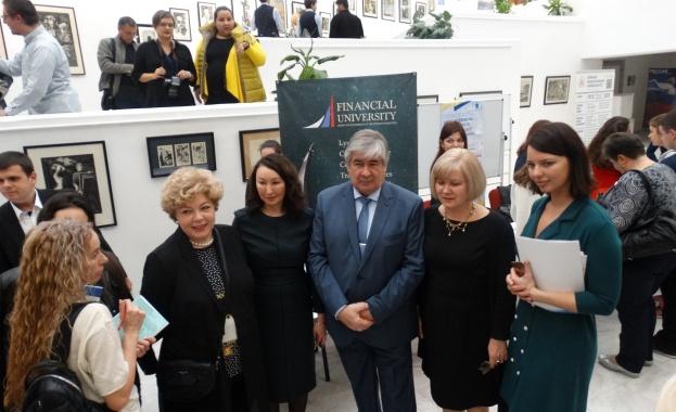 В РКИЦ се провежда изложба, посветена на образователните програми на