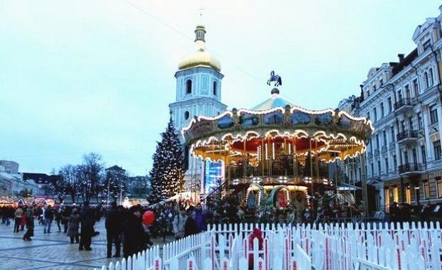 Снимка: Киев има 35 км коледен пазар със сини дядо мразовци