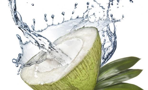 Кокосовата вода е водата съдържаща се в младия зелен кокосов