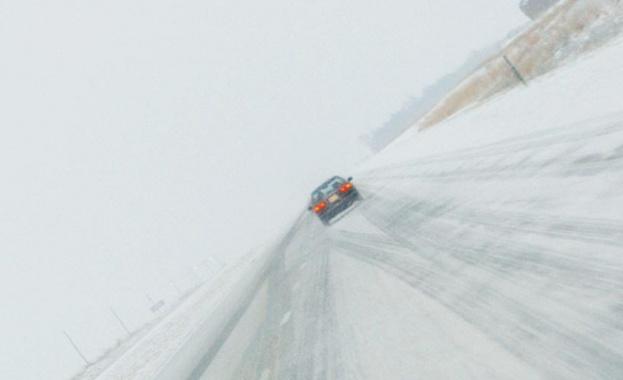 Зимна обстановка в голяма част от страната. През цялата нощ
