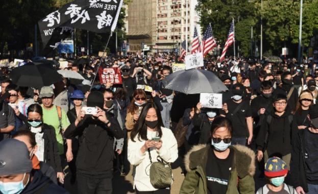 Хиляди хора излязоха по улиците на Хонконг днес, за да