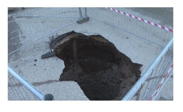 В центъра на Враца пропадна асфалт и разкри водно съоръжение