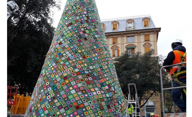 В италианския град Генуа бе издигната рекордна коледна елха, изплетена