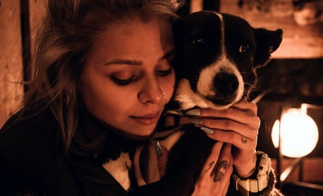 Певицата VICTORIA с коледен кавър в подкрепа на осиновяването на бездомни животни