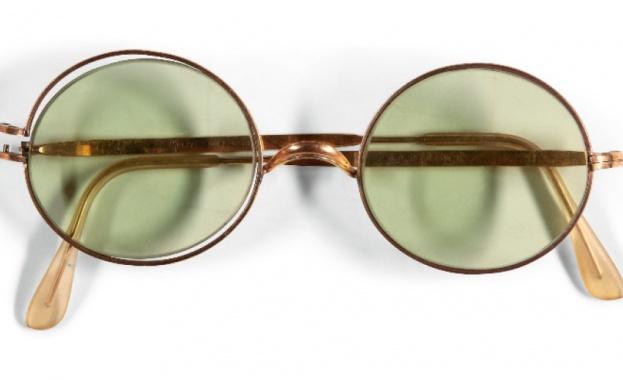 """Кръгли слънчеви очила на поп легендата на """"Бийтълс"""