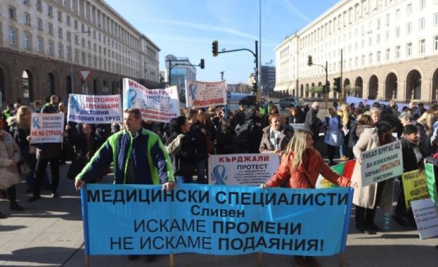 Пети национален протест на медицинските специалисти се провежда пред Министерския