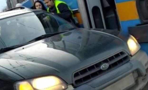 Шофьор на тролей и водач на автомобил са се сбили