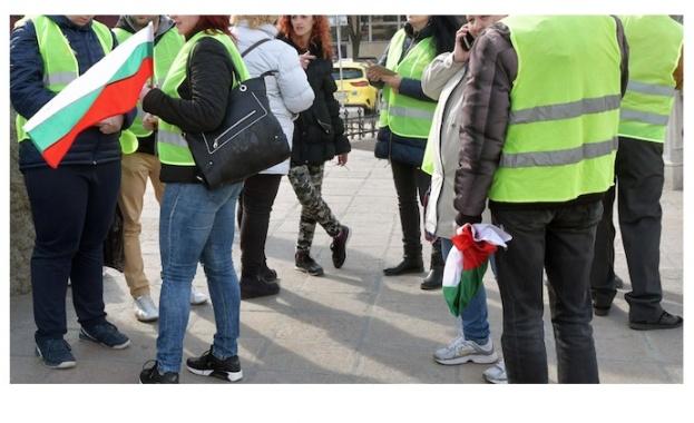 Перничани излизат на шествие с жълти жилетки заради водната криза.