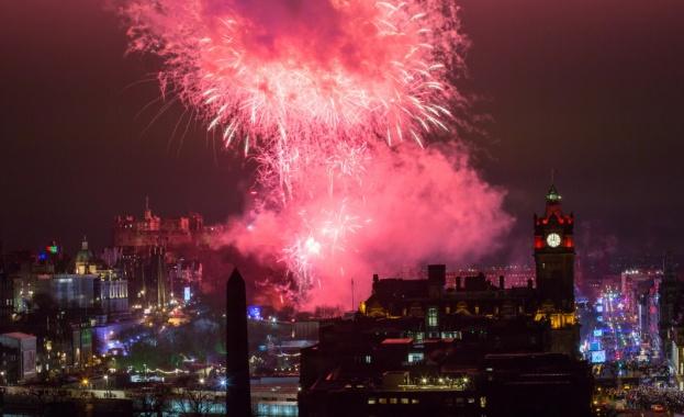 Европа посрещна 2020-а година с много емоции, фойерверки и засилени