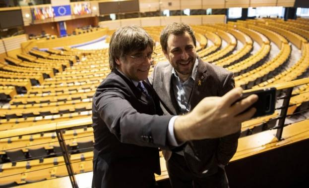 Каталунският сепаратистки лидер Карлес Пучдемон пристигна в Европейския парламент в