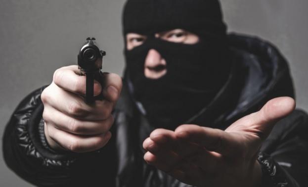 Трима маскирани мъже са ограбили бензиностанция на Ботевградско шосе през
