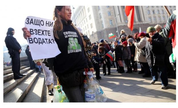 Перник протестира пред сградата на Министерски съвет в София, протестиращите