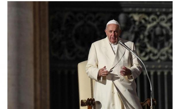 Папа Франциск се моли за хората, заразени с новия коронавирус,