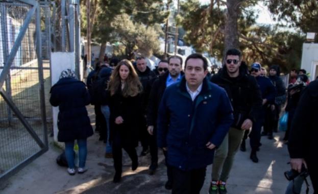 Гръцкото правителство се опитва да овладее недоволството срещу мигрантите. Жителите