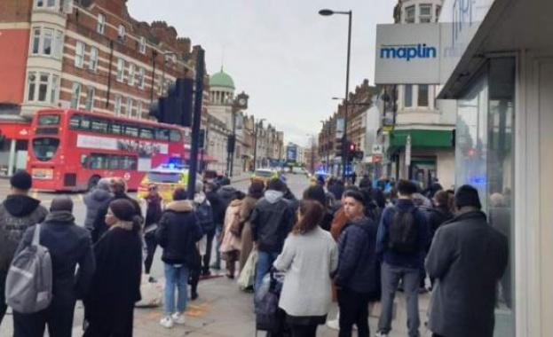 Нападател е бил застрелян от полицаи в Южен Лондон, след