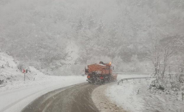 Обилният снеговалеж затвори пътища и остави без ток села на