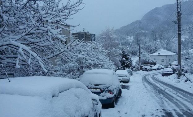 Зимната обстановка в Смолянско е изключително тежка, на места снежната