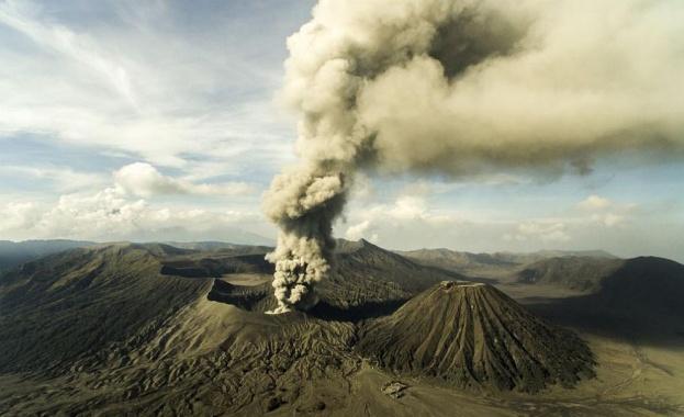 Вулканът Мерапи изригна и покри небето с плътен облак дим