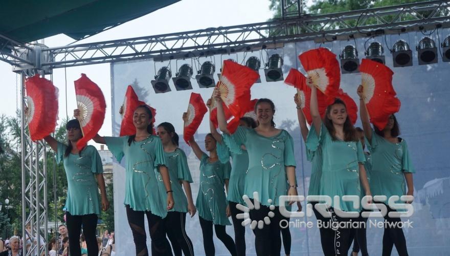 В Русе се проведе традиционният Русенски карнавал, който с времето се превърна в най-пъстрото и най-значимо събитие в културния календар на града, представляващо свободата на изявата, чрез всички форми на уличния пърформанс – шествия, танци, игри, състезания. Централната част на града се превърна в сцена, на която многобройни маскирани и талантливи участници се включиха в множество забавления и игри, придружени с атрактивни награди.
