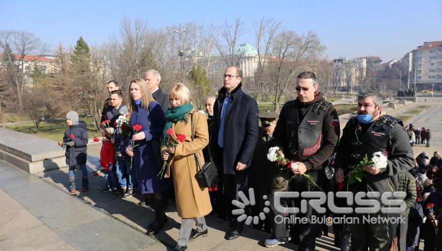 Поднасяне на цветя на паметника на съветската армия  ***сн. РКИЦ