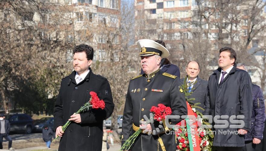 Поднасяне на цветя на паметника на съветската армия  ***сн. Посолство на Русия