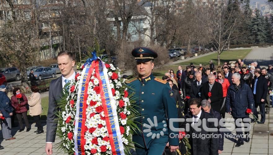 Поднасяне на цветя на Паметник-костница на Съвестката армия в кв. Лозенец  ***сн. РКИЦ