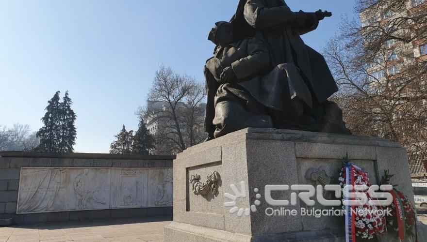 Поднасяне на цветя на Паметник-костница на Съвестката армия в кв. Лозенец  ***сн. Посолство на Русия