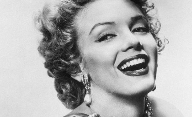 53 години след смъртта на Мерилин Монро надгробната й плоча бе продадена на търг за 215 500 долара