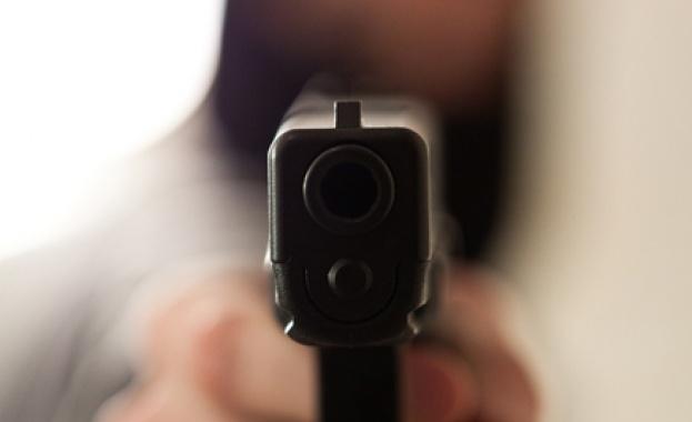 Мъж стреля по хора от дома си в Лясковец. Полицай е загинал, има и ранени /обновява се/