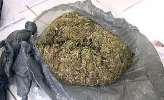 Френски полицаи са открили и иззели близо 5 тона от