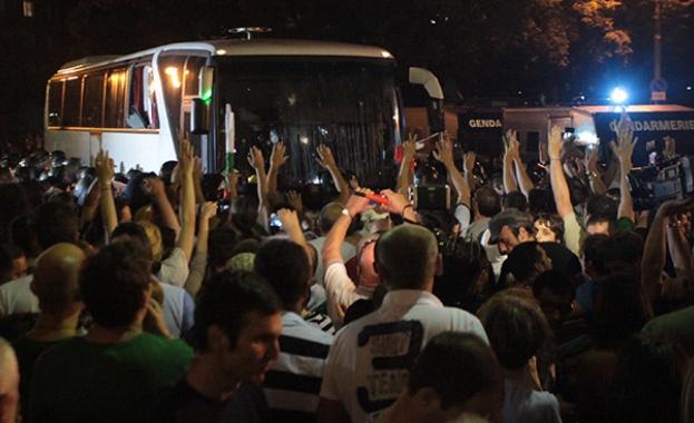 От нощта на белия автобус до деня с белия автобус