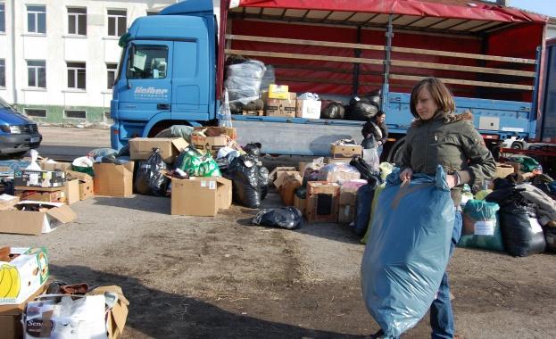 Доброволци раздадоха дарения на бежанците в Харманли
