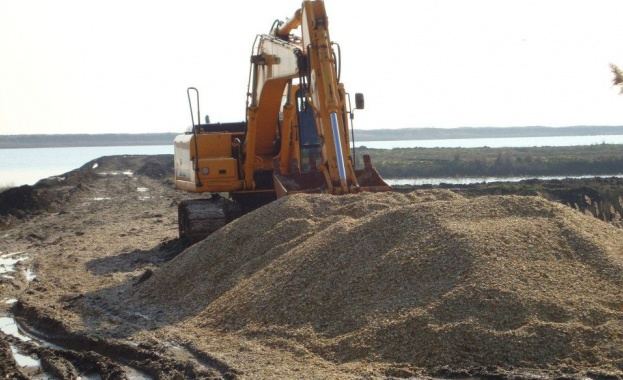 Еколози построиха остров в защитеното Поморийско езеро