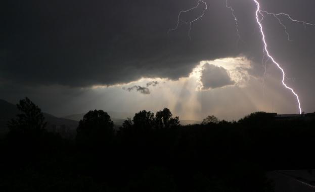 Летни бури с гръмотевици и градушки