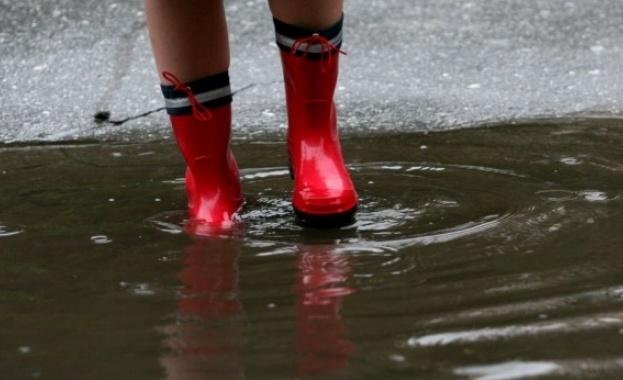 Силна буря и пороен дъжд в Благоевград вдигнаха на крак
