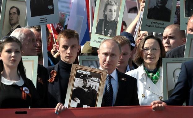 """Невиждано шествие на """"Безсмъртния полк"""" в Москва"""