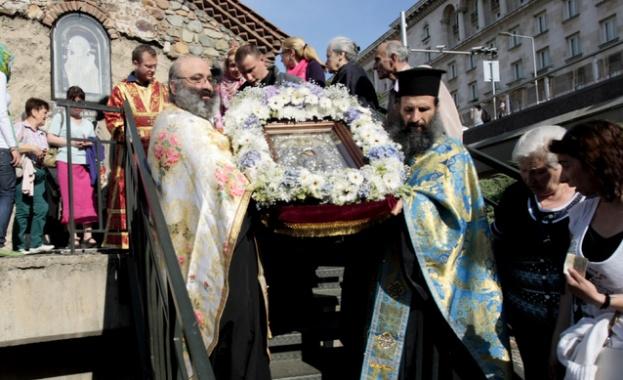 """Стотици се включиха в литийното шествие с чудотворната икона """"Достойно есть"""""""