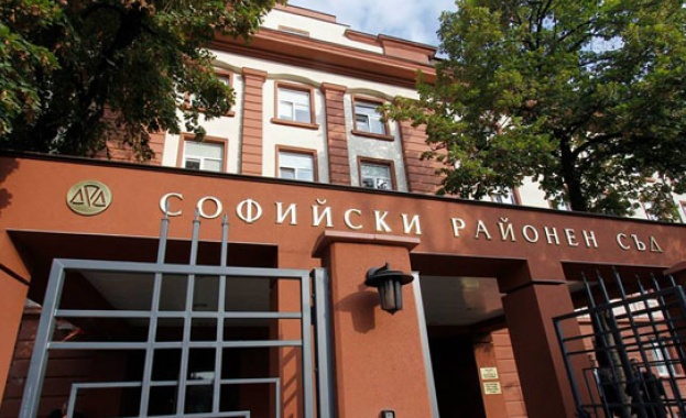 Съдии от Софийския районен съд се събраха пред сградата на