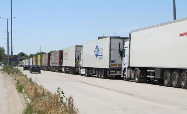 Втори конвой с 30 български товарни автомобили, блокирани на италианско-словенската